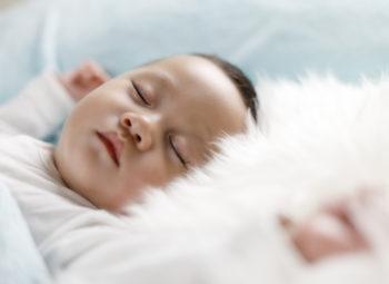 Un nourrisson est endormi sur le dos dans son lit